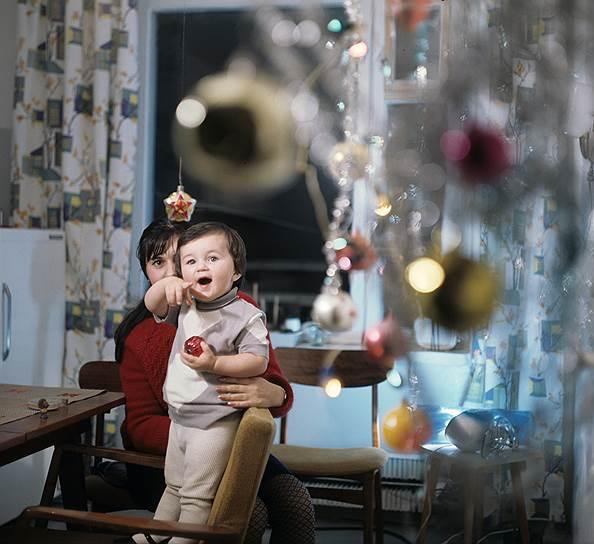 1971 Мама с ребёнком у новогодней ёлки.jpg