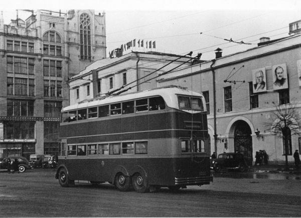 Двухэтажный троллейбус. Автор Евзерихин Эммануил, 1950-е.jpg