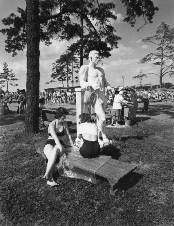На пляже в Химках. ''Наш мужчина''. Автор Рахманов Николай, 1970-е.jpg