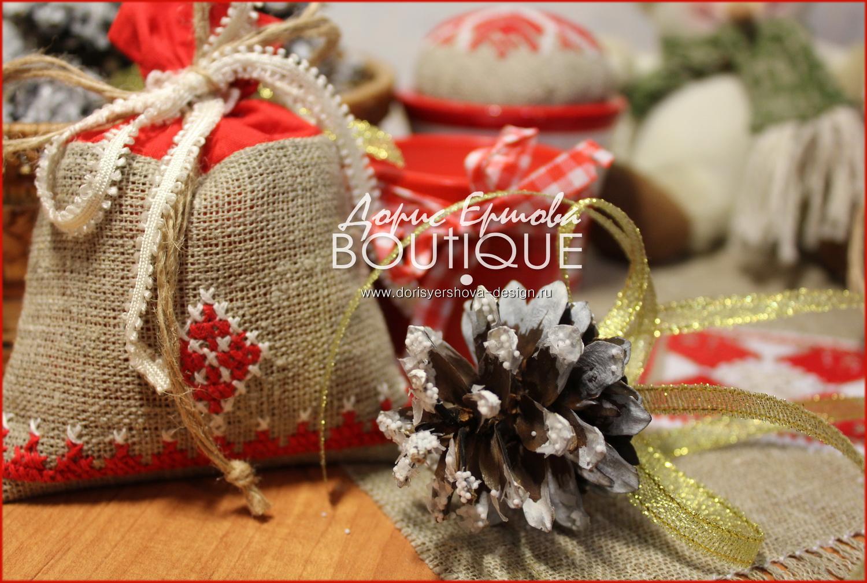 елка, новый год, рождественский сапожок, декор, шарики, праздник, красный, золотой, Фото © Дорис Ершовой, саше, шишка, вышивка крестиком