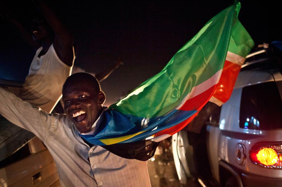 2. Южный суданец на улицах с флагом нового государства во время празднования дня независимости в Джу