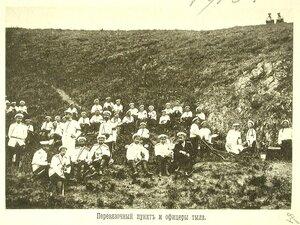 Группа матросов эскадренного десанта и офицеров тыла у перевязочного пункта