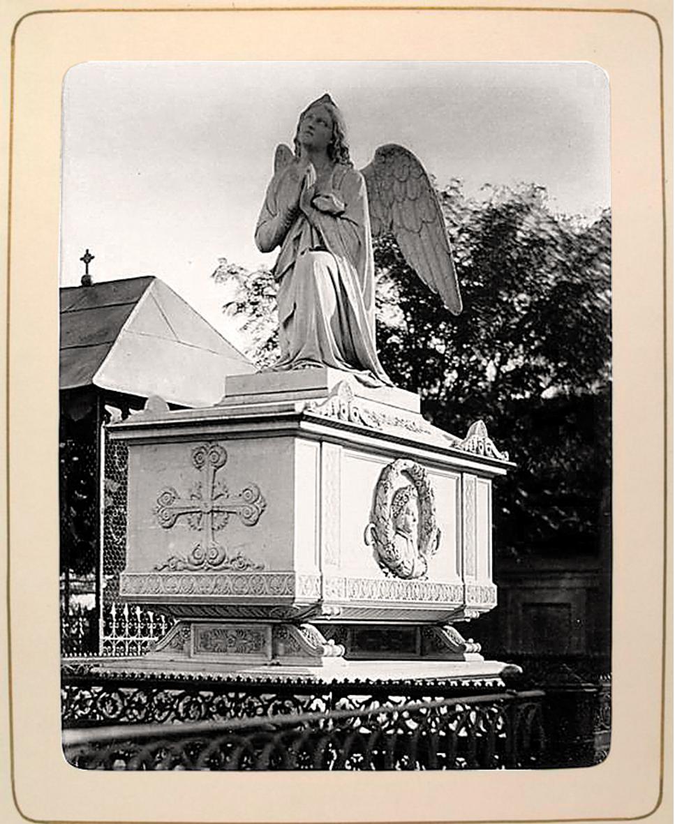 10.  Захоронение с ангелом