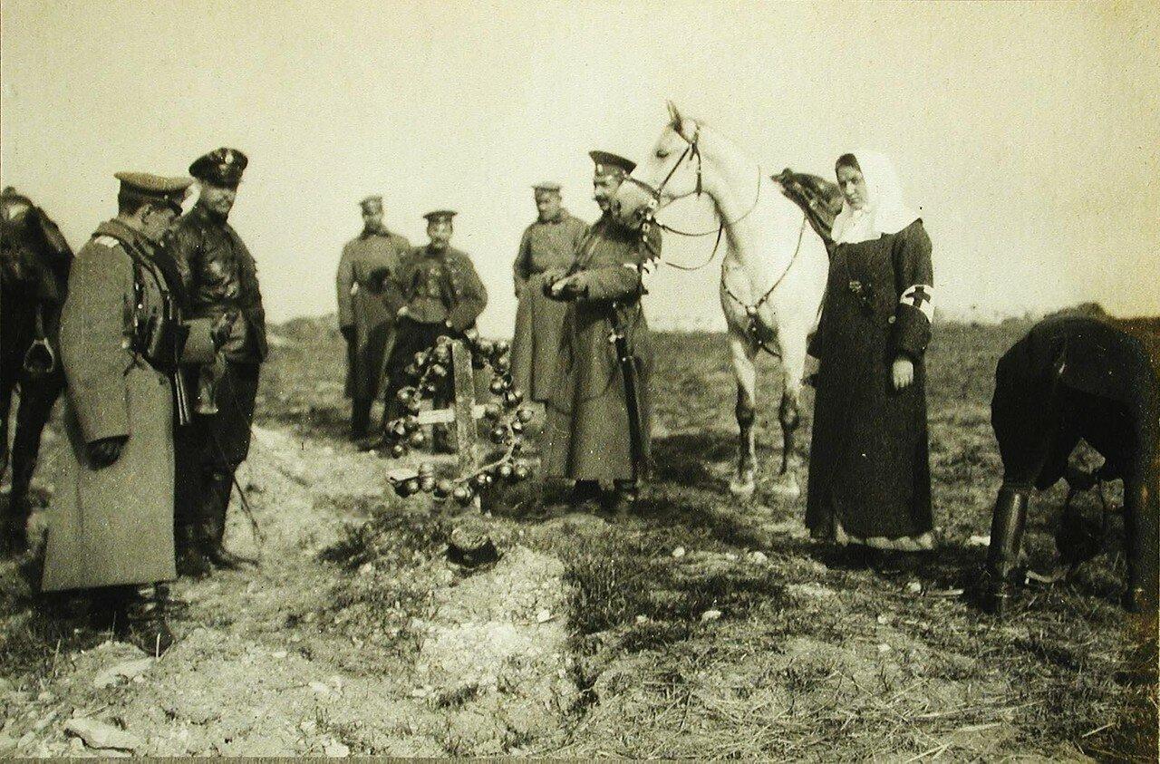 39. Русские офицеры у могилы австрийских солдат