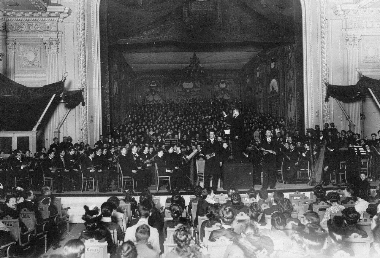 20.Хор, оркестр консерватории, группы учеников и преподавателей на сцене зала консерватории. 1912-1914