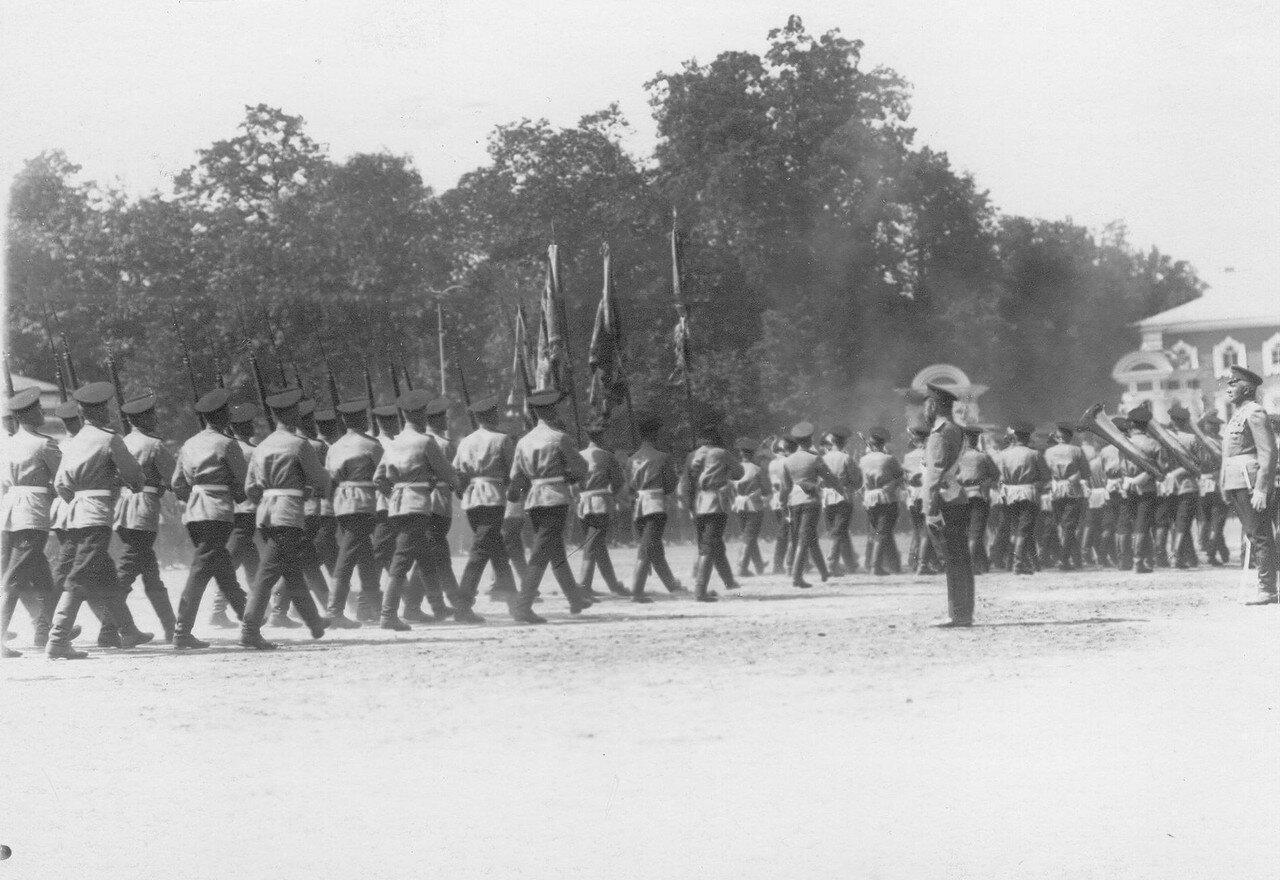 34. Оркестр и одно из подразделений полка проходят мимо императора Николая II, принимающего парад на площади у Петергофского дворца. Петергоф. 29 июня 1913