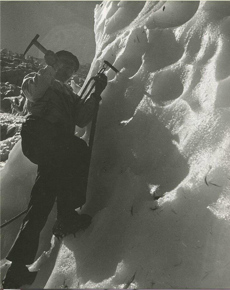 1937. Альпинист на леднике де Боссон