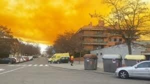 Небо Испании затянуло гигантское оранжевое облако