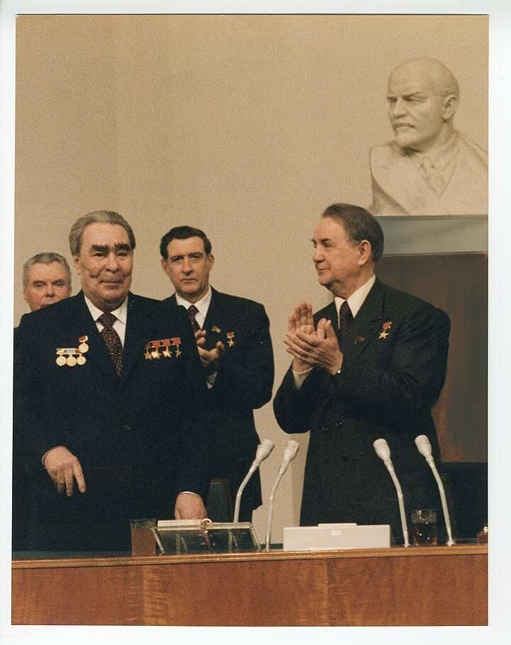 1980 Вручение Брежневу Ленинской премии по литературе за Малую землю и Возрождения.jpg
