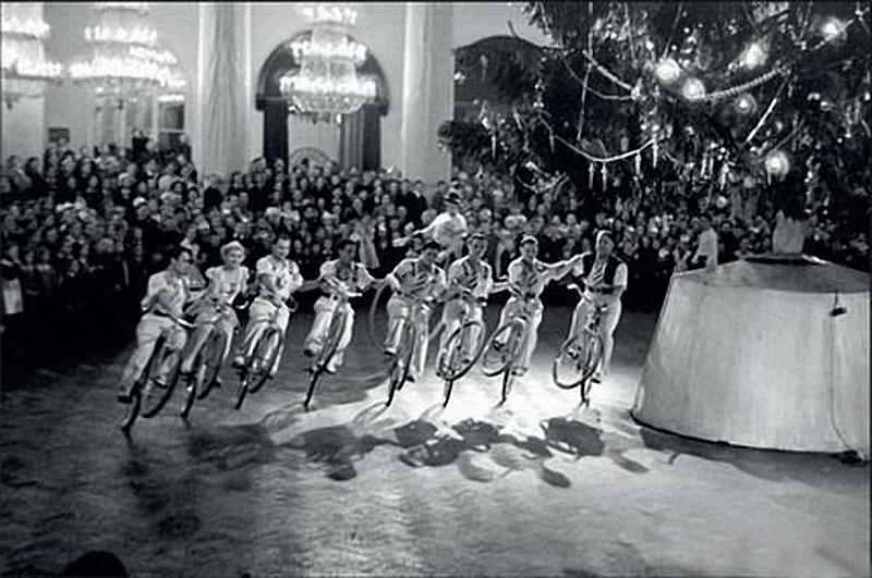 1952. Советский цирк умеет делать чудеса. Акробаты на велосипедах цепью едут вокруг главной елки страны.jpg