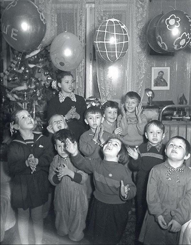 1956. Маша, дочь А.Шайхета, среди своих друзей в скромной московской квартире. Шарики — обязательны.jpg