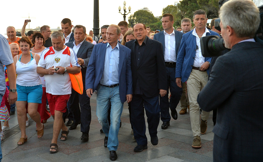 Путин и Берлускони на набережной Ялты.png