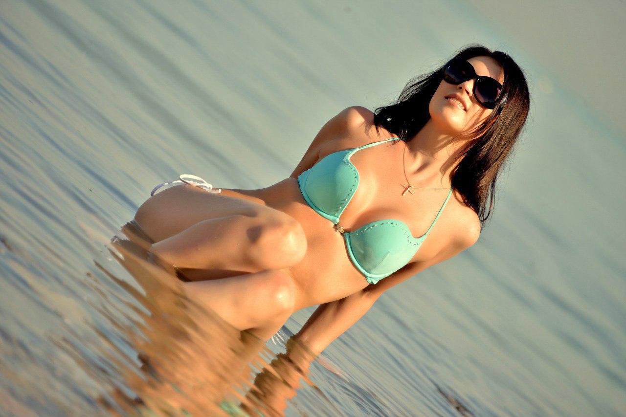 Брюнетка  загорает на пляже