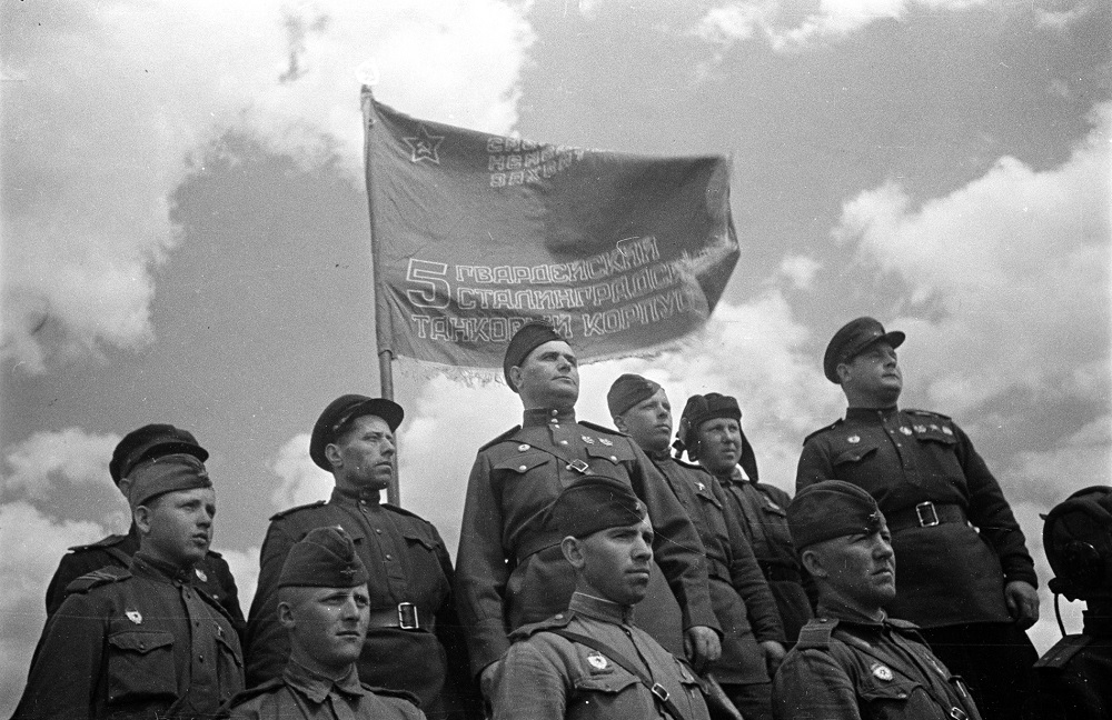Кравченко с военнослужащими у развернутого знамени 5-го гвардейского Сталинградского танкового корпуса.jpg