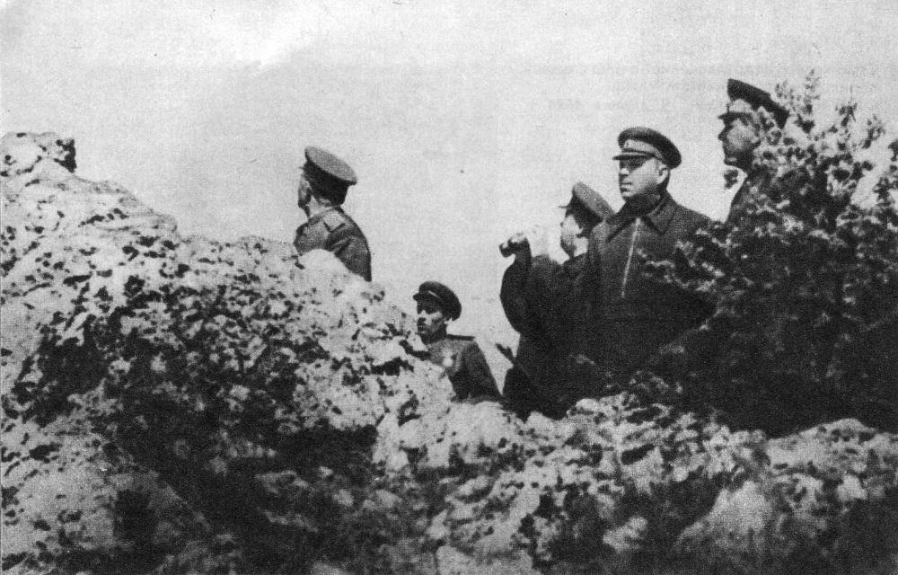 А.М. Василевский и Ф.И. Толбухин наблюдают за ходом боевых действий на подступах к Севастополю.jpeg