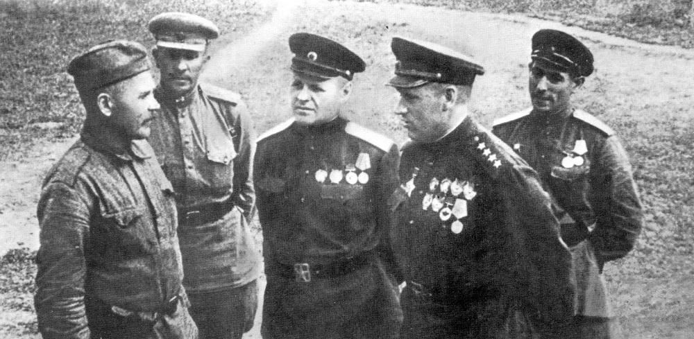 Командующий Центральным фронтом генерал армии К.К. Рокоссовский на передовых позициях перед началом битвы на Курской дуге.jpeg