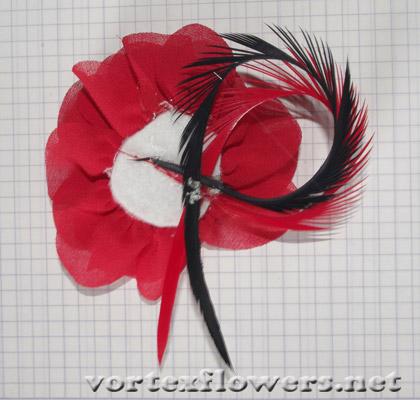 ободок с красной розой и перьями