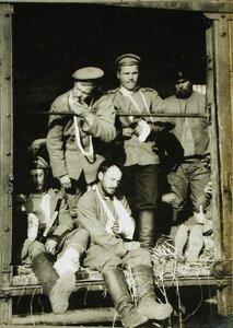 Раненые солдаты в вагоне поезда  на пути в базовый госпиталь.