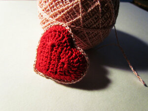 Брелок-сердце вязаный крючком