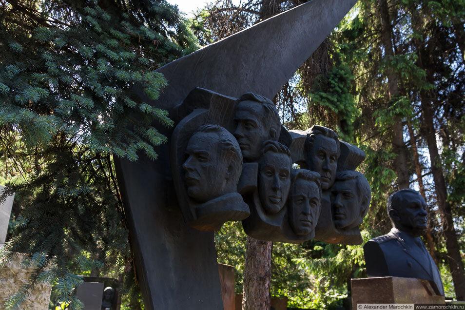 Памятник экипажу Ту-144 на Новодевичьем кладбище