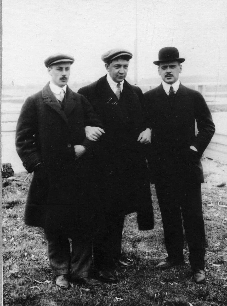 12. Группа членов аэроклуба - в центре - распорядитель аэроклуба Суворин. 1910 - 1914