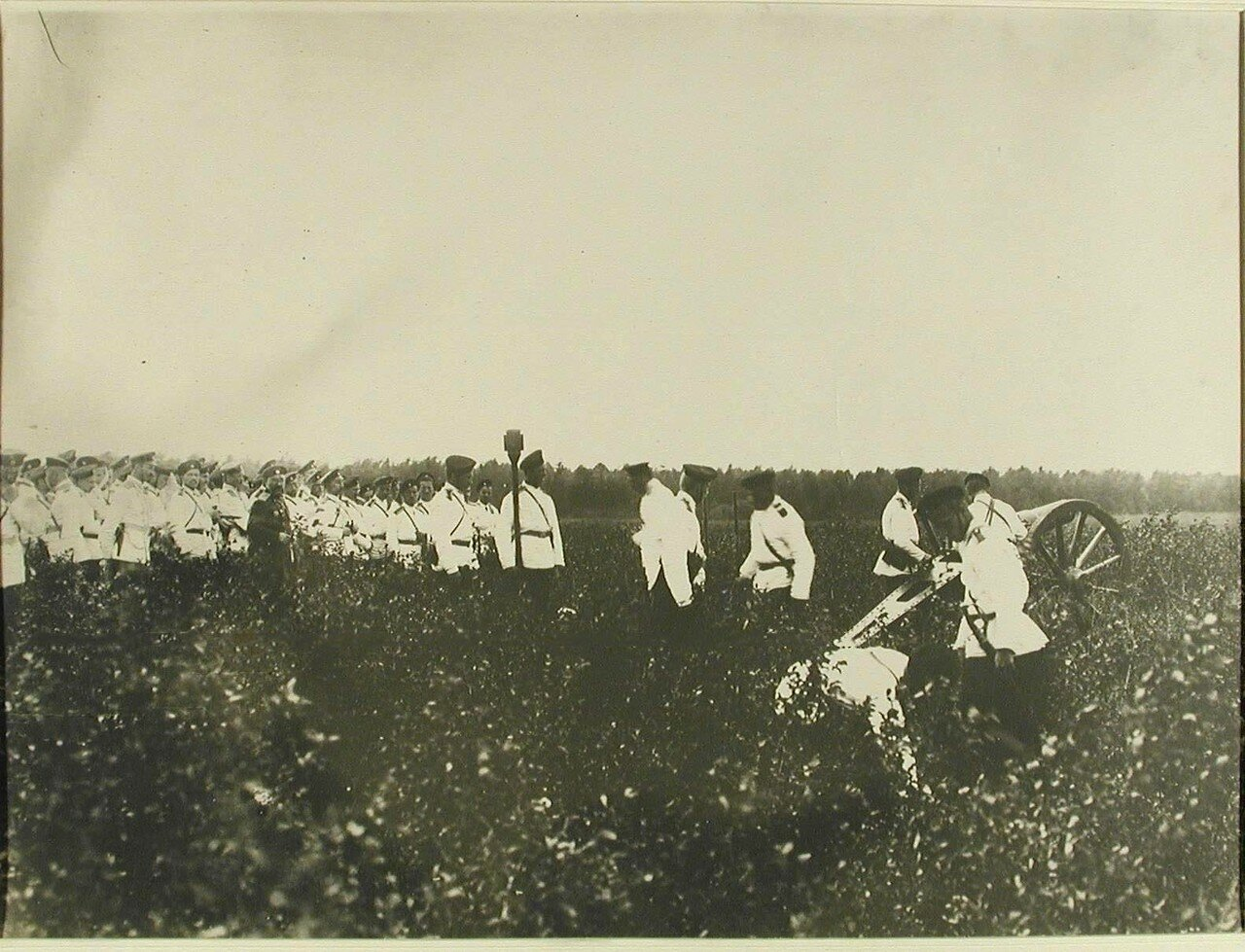 30. Группа юнкеров во времях практической стрельбы из полевых мортир. Красное Село