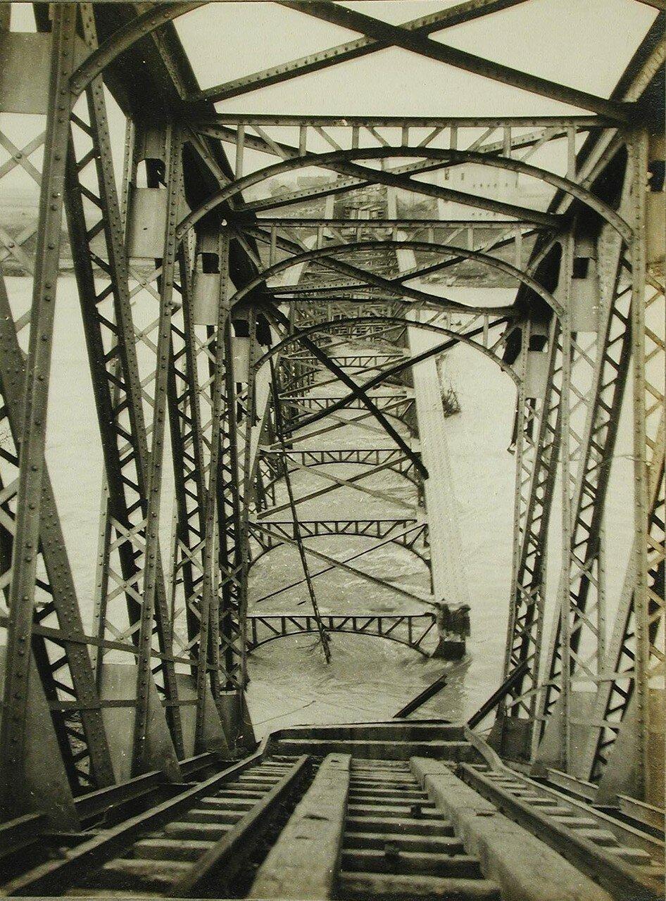 04. Вид части разрушенного железнодорожного моста через Днестр