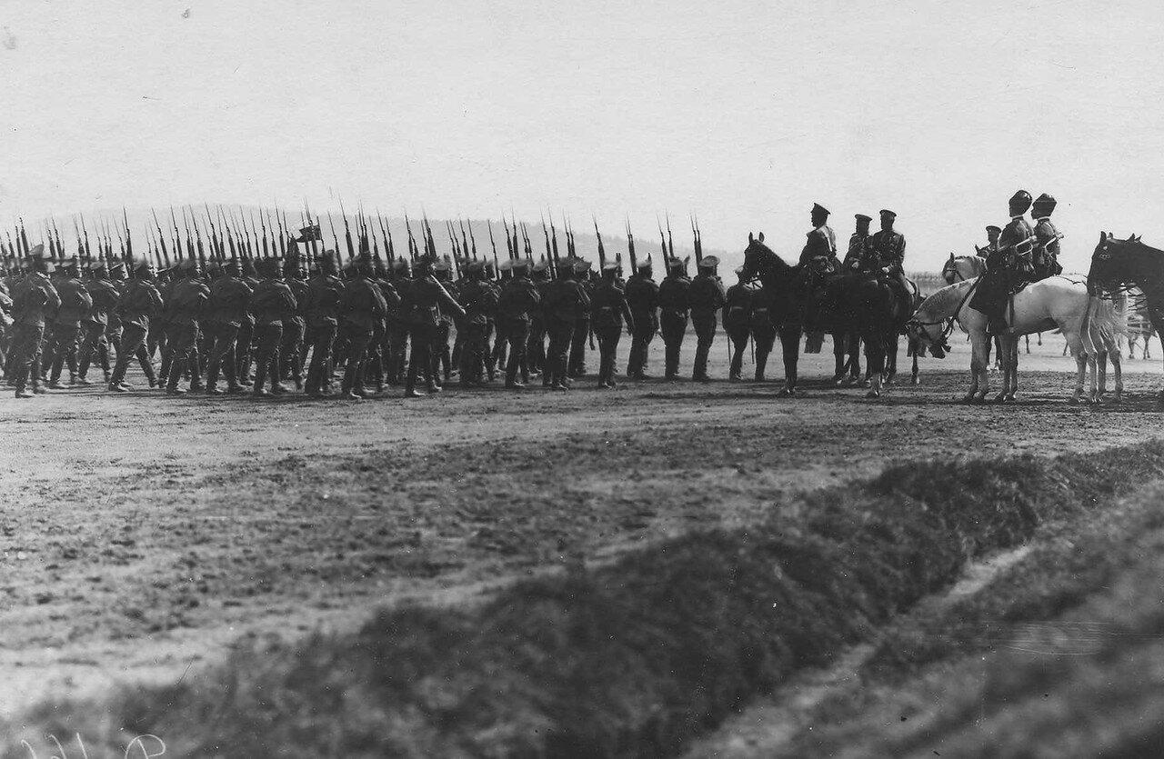 70. Пехотные части во время парада войск проходят мимо императора Николая II и его свиты. Красное Село