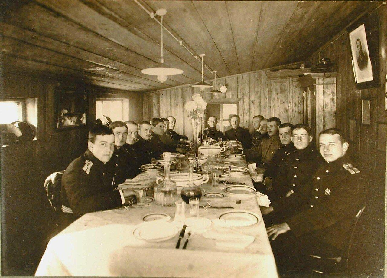 07. Группа курсантов и офицеров школы морской авиации за обедом в кают-кампании