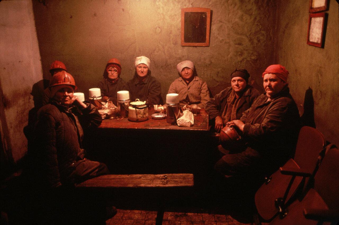 1991. Новокузнецк. Женщины шахтеры отдыхают после смены