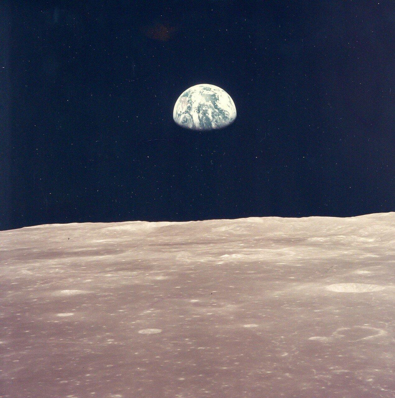 Вскоре они увидели первый восход Земли над лунным горизонтом, а когда связь восстановилась, доложили в ЦУП, как прошёл манёвр. Хьюстон сообщил им, что они находятся на эллиптической орбите, близкой к расчётной.На снимке: Восход Земли над лунным горизонтом
