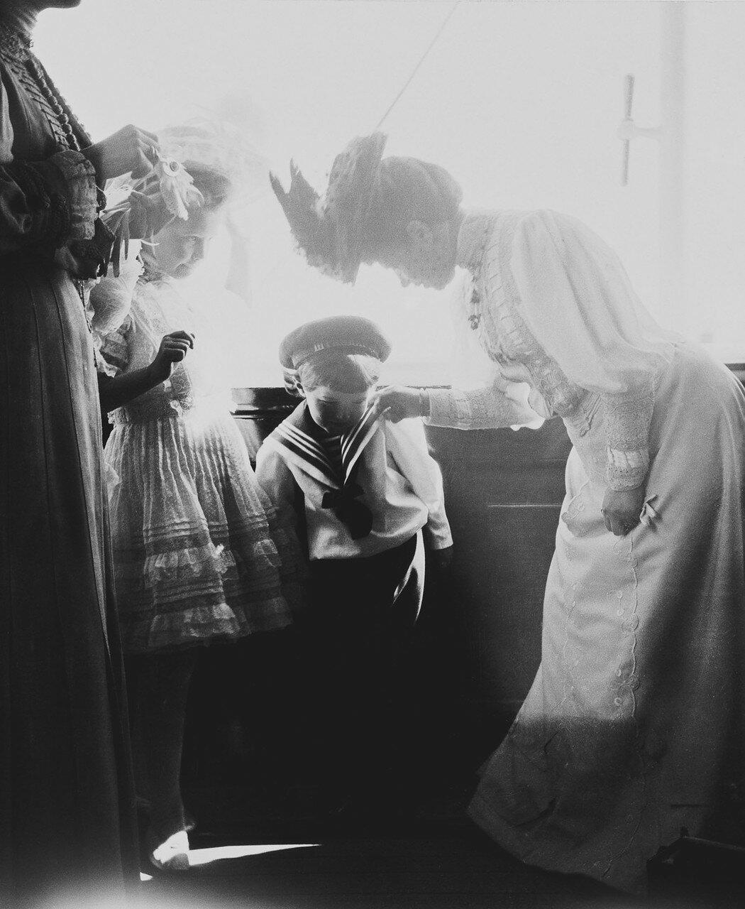 51. Вдовствующая императрица Мария с великой княгиней Марией и царевичем Алексеем на палубе королевской яхты «Виктория и Альберт»