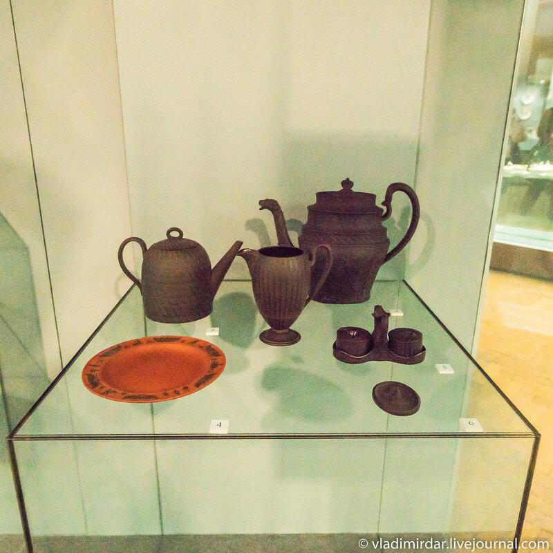 Чайник с изображением наследного принца Великобритании, чайник в виде улья с гравированными декорами, молочник с гравированными декорами. Черная базальтовая масса.