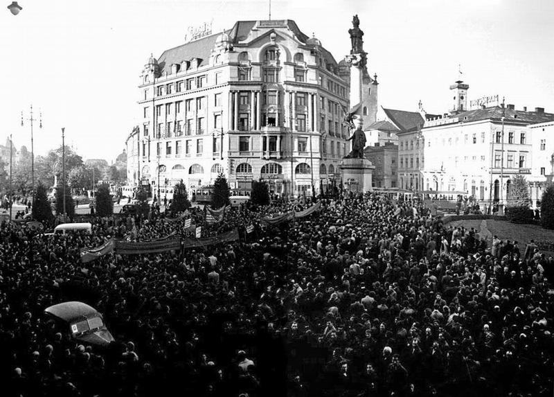 Митинг у памятника Адаму Мицкевичу во Львове