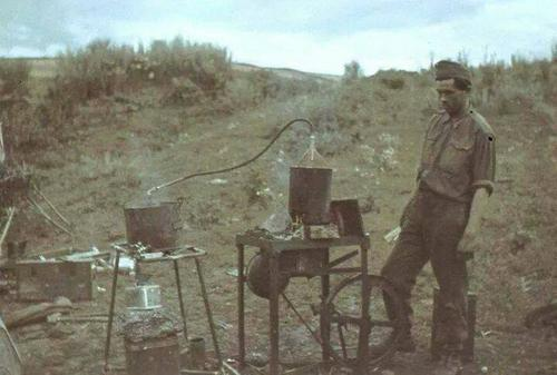 Hungarian soldier coking an snapsz palinka on front.jpg