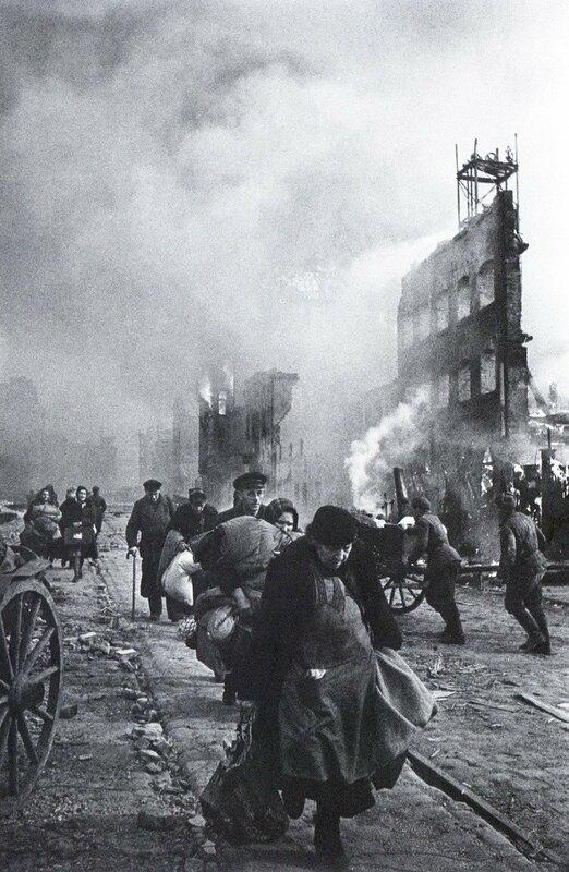Данциг. Жители возвращаются домой. 1945 г.jpg