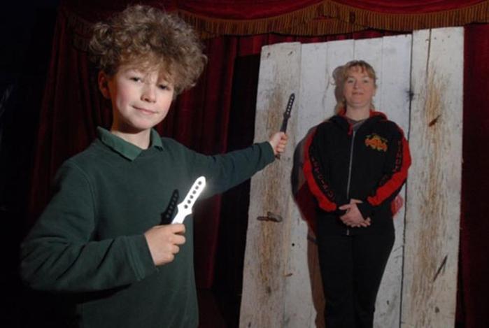 Мальчик в возрасте 10 лет выступает в цирке метателем ножей 0 11aacd b3845ee8 orig