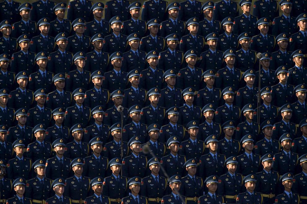 21. Во время военного парада в Пекине в небо выпустили птиц. (Фото Rolex Dela Pena):