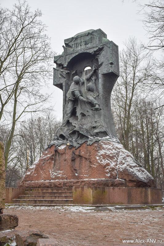 Памятник миноносцу 'Стерегущий'.