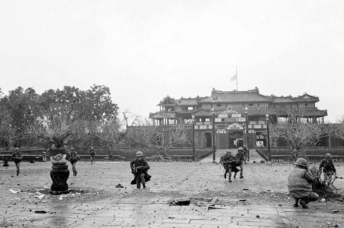 Американские морские пехотинцы и солдаты сил Южного Вьетнама ведут бои на территории Императорского дворца в старой цитадели города Хюэ, которая оказалась захваченной вьетнамскими партизанами