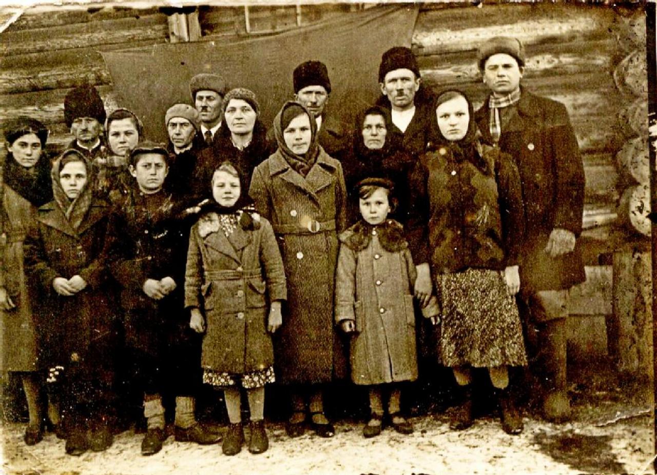 Группа польских спецпоселенцев. Пос. Южно-Вагранский Серовского района Свердловской области. Ноябрь 1940