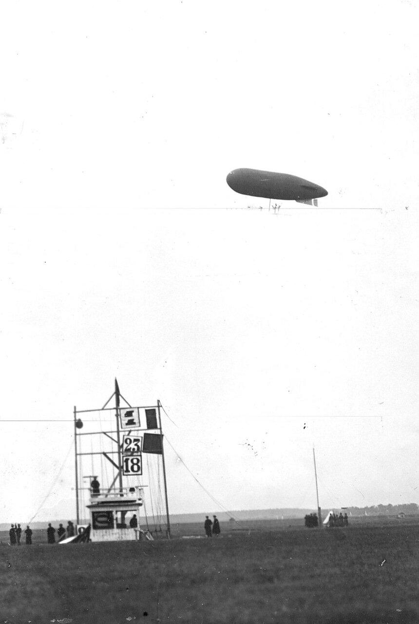 10. Дирижабль Лебедь в воздухе во время праздника