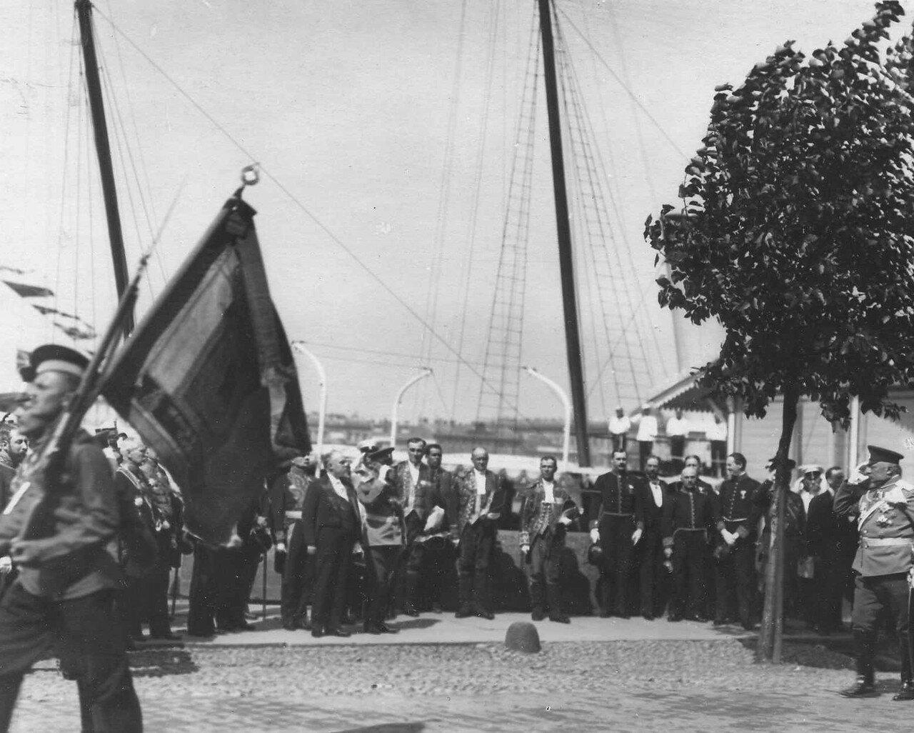 32. Р.Пуанкаре, Р.Вивиани и сопровождающие их лица принимают парад почетного караула на Английской набережной