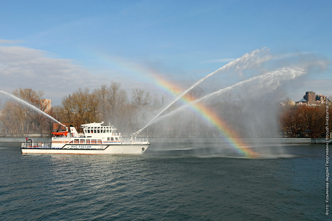 многоцелевое пожарно-спасательное судно Полковник Чернышев фотографии со струями из водяных пушек