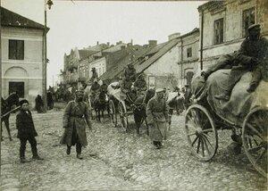 Обоз одной из армейских частей проходит по улице освобожденного городка.
