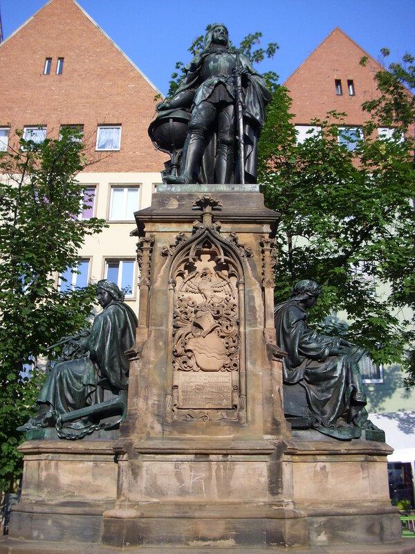 Памятник Мартину Бехайму на площади Терезиенплатц