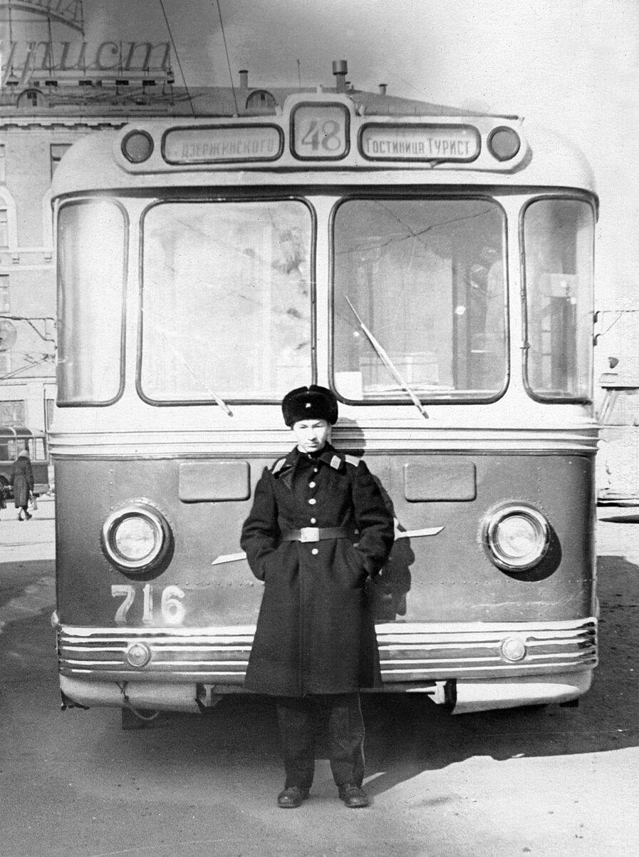 146. 1965. У троллейбуса № 48. Москва