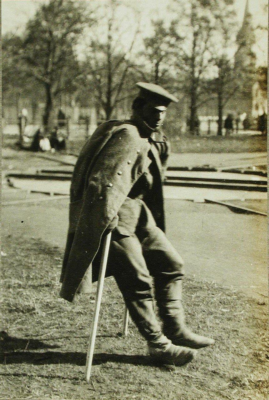 07. Раненый солдат на костылях