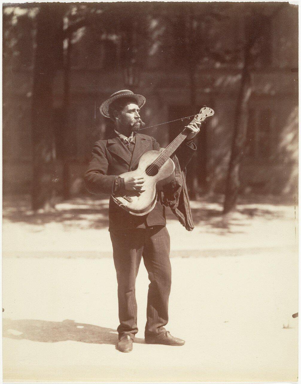 1900. Гитарист