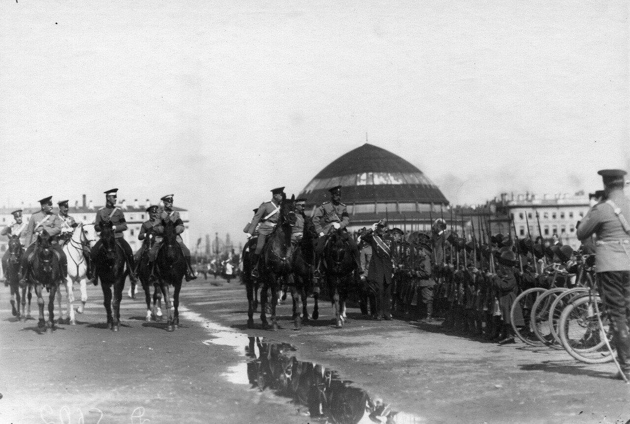 42. Император Николай II проезжает мимо потешных, выстроившихся для смотра; на заднем плане здание, где находилась Бородинская панорама художника Ф.А. Рубо